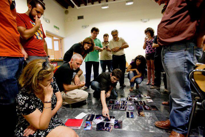 Murcia, 29.09.2011.- El fotoperiodista argentno Walter Astrada (c, agachado) durante el taller que ha impartido en las VI Jornadas de Fotoperiodismo de la AIG, celebrado en el Centro Cultural Las Claras.