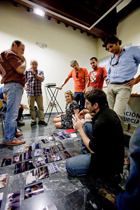 Murcia, 29.09.2011.- El fotoperiodista argentno Walter Astrada (d, agachado) durante el taller que ha impartido en las VI Jornadas de Fotoperiodismo de la AIG, celebrado en el Centro Cultural Las Claras.