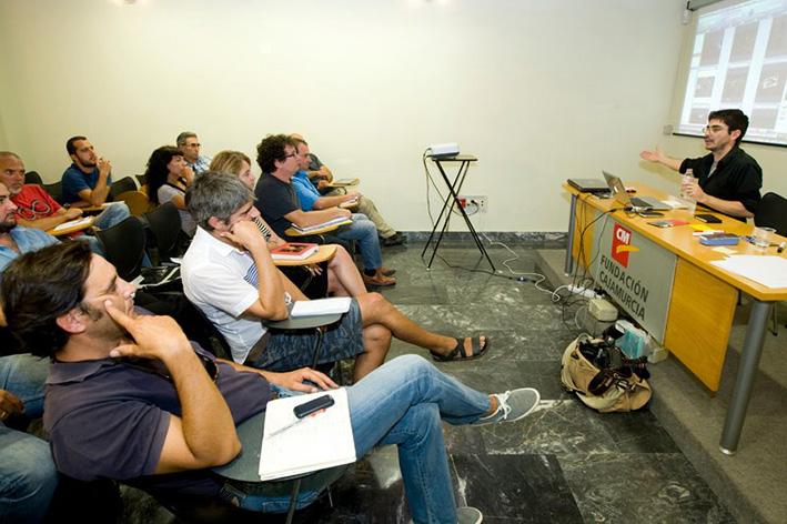 Murcia, 29.09.2011.- El fotoperiodista argentno Walter Astrada (d) durante el taller que ha impartido en las VI Jornadas de Fotoperiodismo de la AIG, celebrado en el Centro Cultural Las Claras.