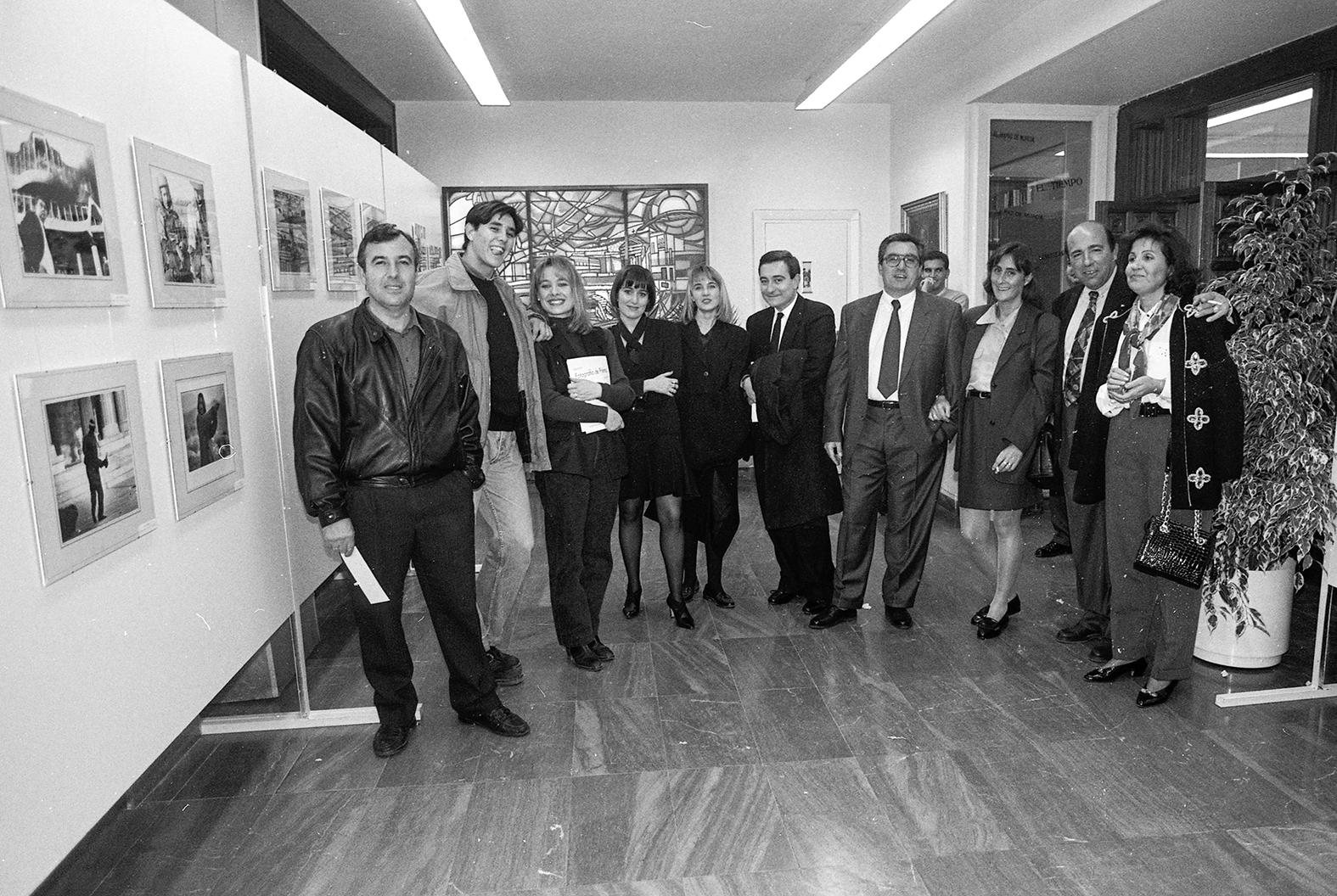 Murcia, 28.01.1993.- Miembros de la Asociación de Informadores Gráficos de Prensa de Murcia durante la inauguración de su exposición anual, retrospectiva de 1992, celebrada en el Club de Prensa de la Asociación de la Prensa de Murcia.