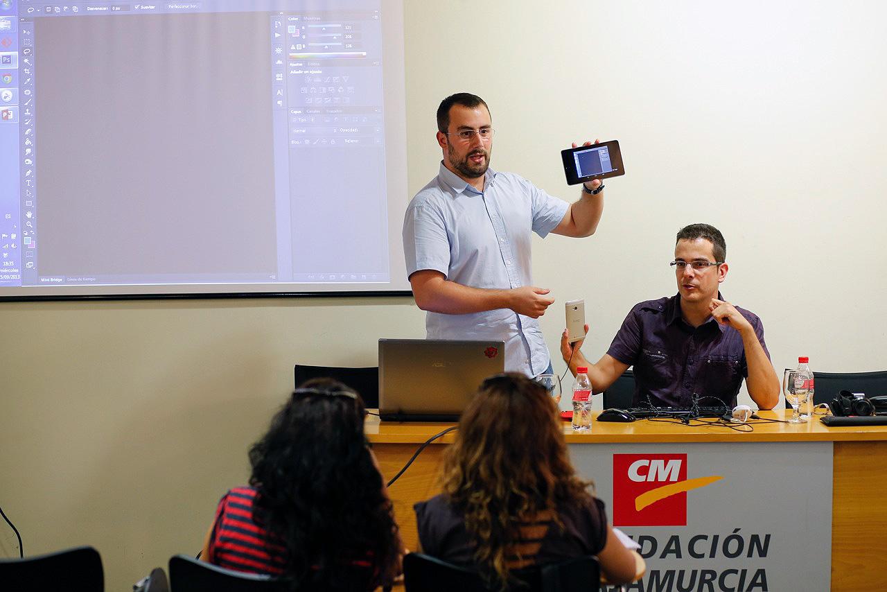 Murcia, 25.09.2013.- Los desarrolladores Web y diseñadores gráficos, José Moreno (i), y Eduardo Rey (d), durante el taller que impartieron en las Jornadas de Fotoperiodismo de la AIG, celebradas en el Centro Cultural Las Claras.