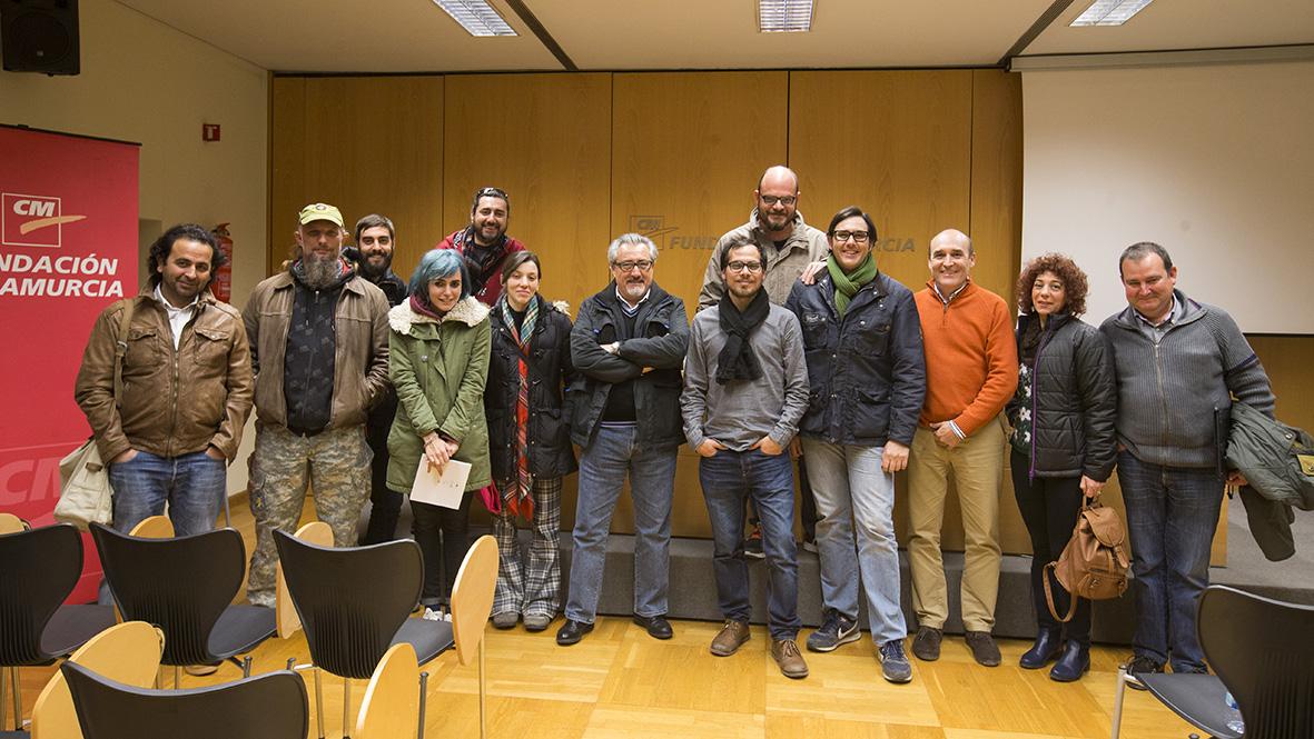 Murcia, 25,02.2015.- El fotoperiodista y productor multimedia Gabriel Pecot (6d) acompañado por algunos de los asistentes a su conferencia  en las X Jornadas de la Asociación de Informadores Gráficos de Prensa de Murcia, celebradas en el Centro Cultural Las Claras de Murcia.