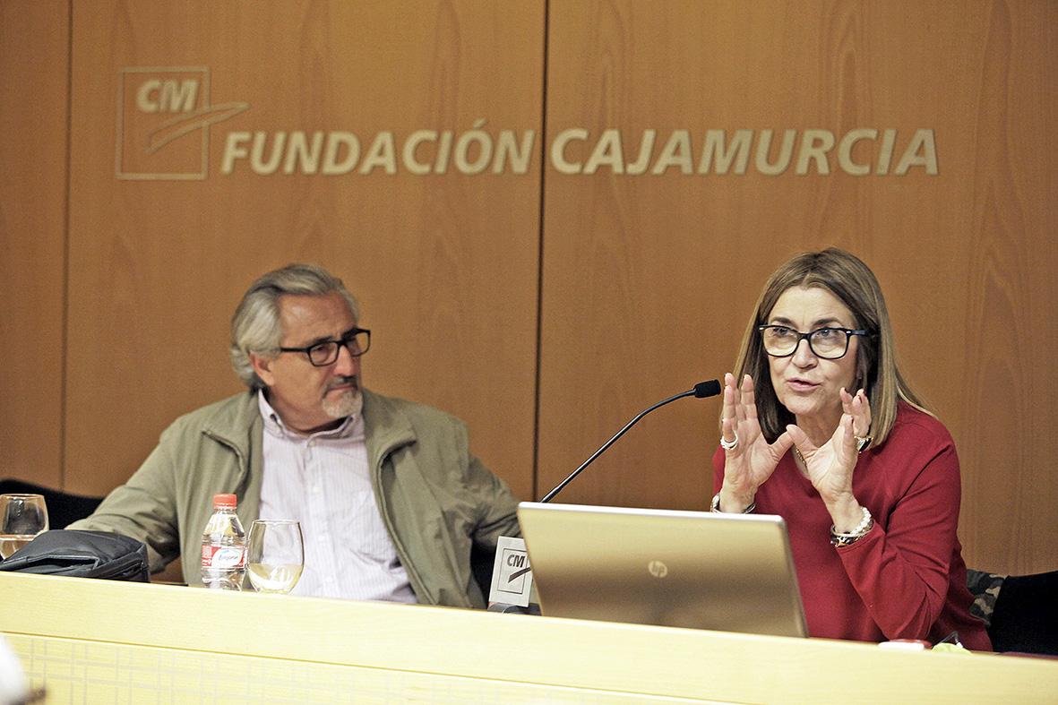 Murcia, 27.04.2016.- La fotoperiodista Marisa Flórez (d) durante su intervención en las Jornadas de Fotoperiodismo de la AIG celebradas en el Centro Cultural Las Claras.