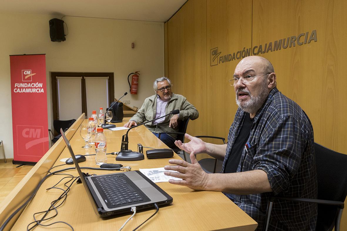 Murcia, 28.04.2016.- El fotógrafo y editor de fotografía Paco Salinas (d), durante su intervención en las Jornadas de fotoperiodismo de la AIG, celebradas en el Centro Cultural Las Claras.