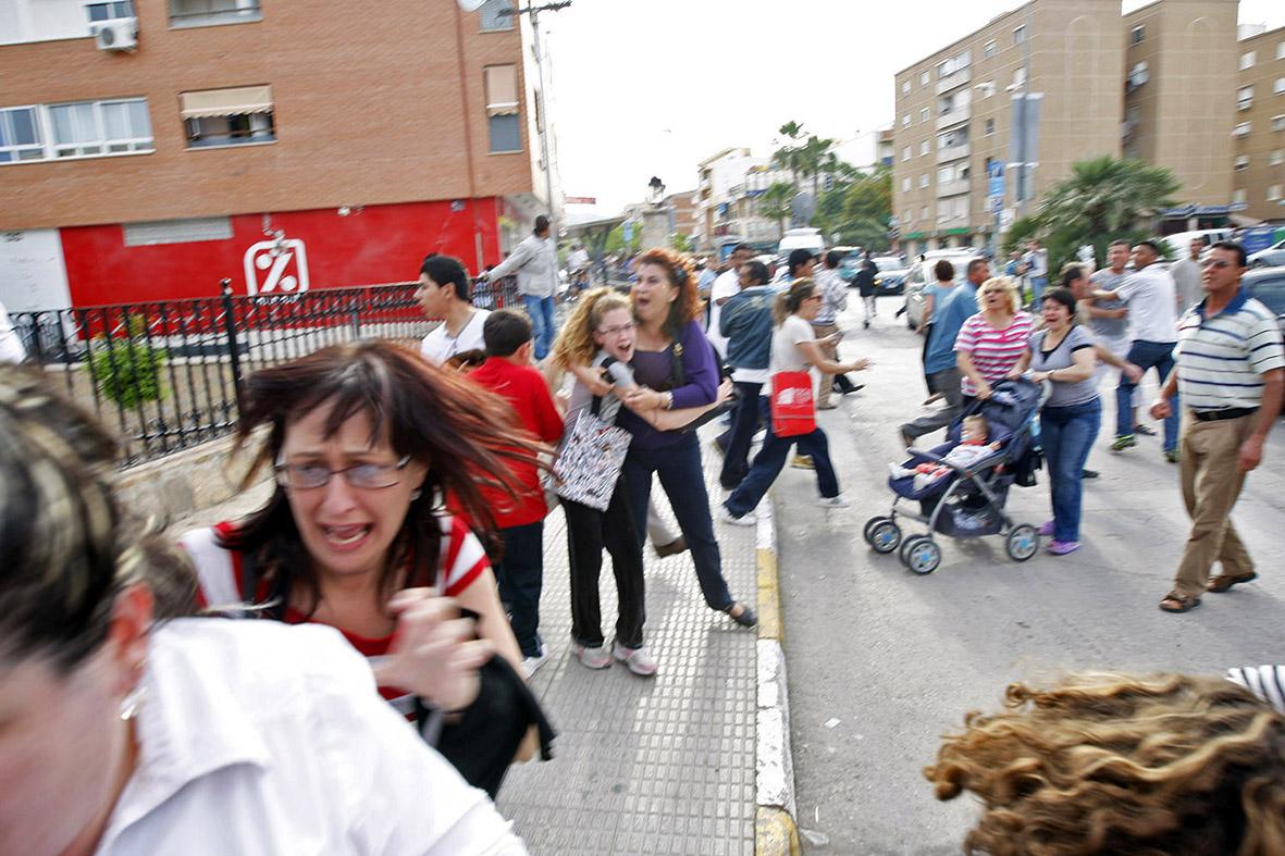 Lorca (Murcia),11.05.2011.- Las personas que salieron a la calle tras el primer terremoto ocurrido en la zona de Lorca corren asustadas durante el segundo temblor, en la puerta de la iglesia de San Diego. Gloria Nicolás.