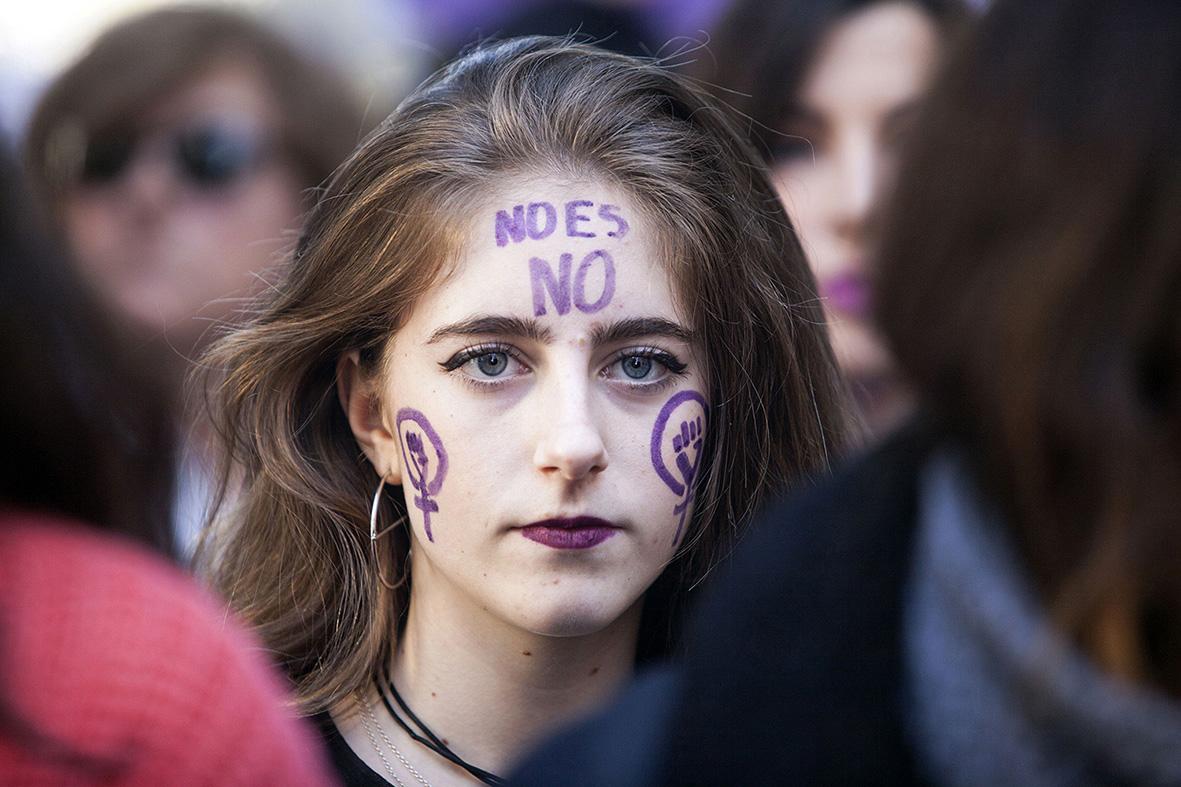 Murcia, 25.11.2018.- Una joven participante en la manifestación convocada con motivo del  Dia Internacional Por la Eliminación de las Violencias hacia las Mujeres, muestra su apoyo con pinturas en su rostro. Gloria Nicolás.