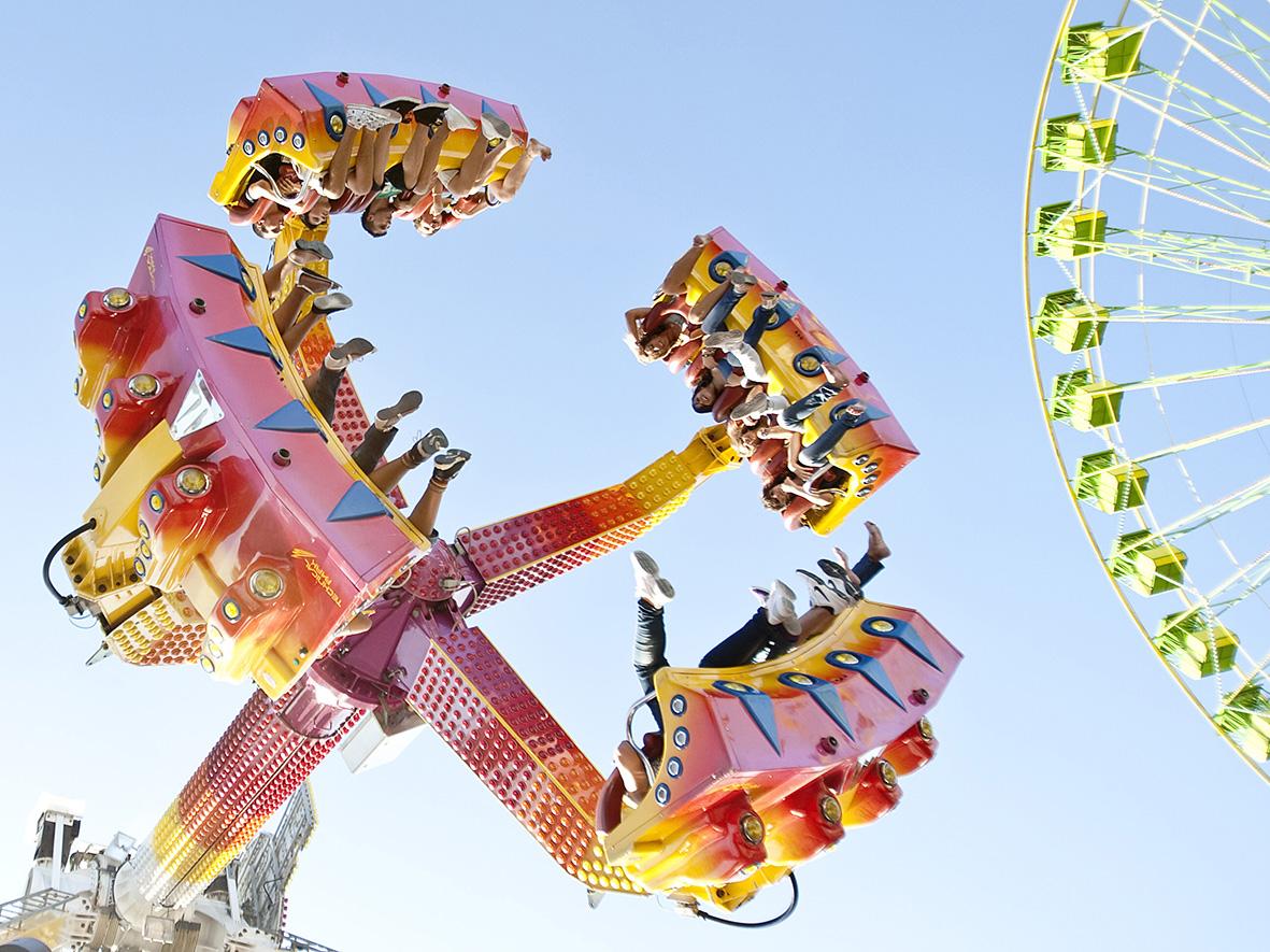 Murcia, 07.09.2010.- Varias personas disfrutan en una de las atracciones de la Feria de Septiembre en la capital murciana. Pilar Morales.