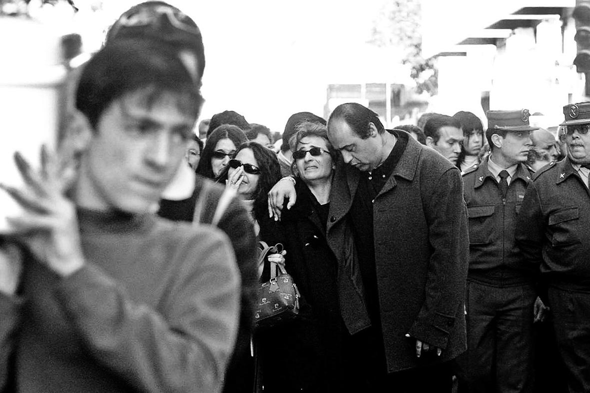Santomera (Murcia), 20.01.2002.- Entierro de los dos niños asesinados por su madre en Santomera. El cortejo fúnebre encabezado por el hijo mayor (a la izq de la imagen), seguido por los padres y la tía de los niños, momentos antes de la detención de la madre como autora de la muerte de los pequeños. Gloria Nicolás.