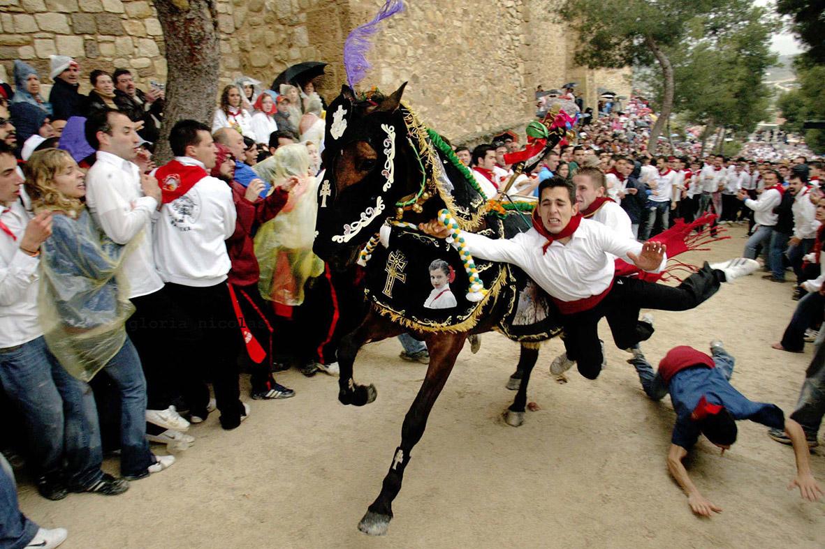 Caravaca de la Cruz (Murcia), 02.05.2007.- Uno de los caballista tropieza con un espectador  durante la carrera de subida al castillo, de los Caballos del Vino. Gloria Nicolás.