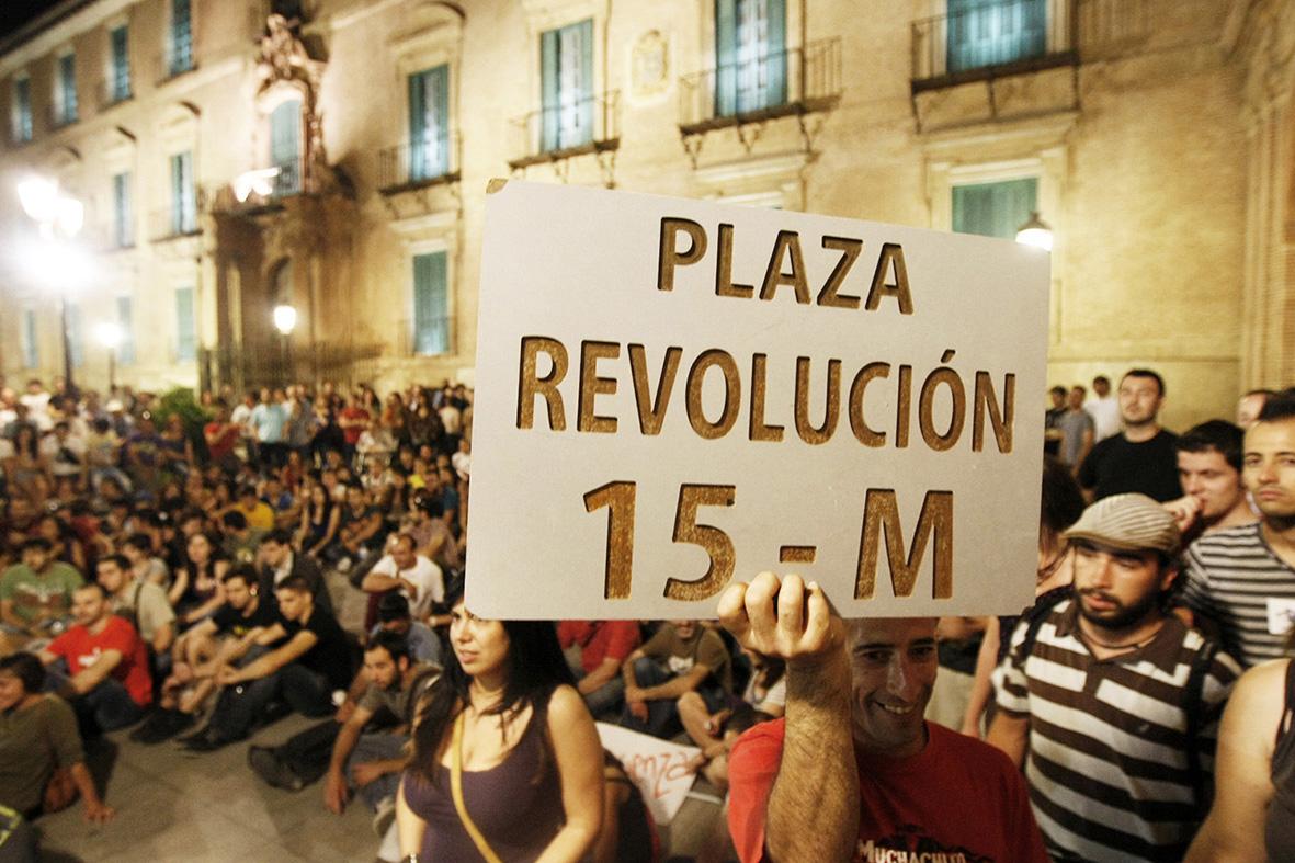Murcia, 12.05.2012.- Cientos de personas del Movimento 15 M se manifiestan en la Glorieta ante el Ayuntamiento de Murcia. Gloria Nicolás.