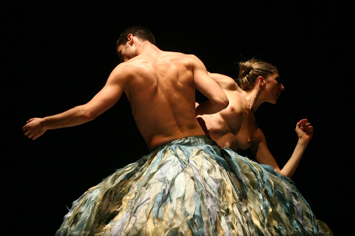 """Cartagena (Murcia), 16.03.2007.-  La compañia """"Patas Arriba"""" presenta la obra """"Trio"""" en el festival Mu-Danzas de danza contemporanea, en Cartagena."""
