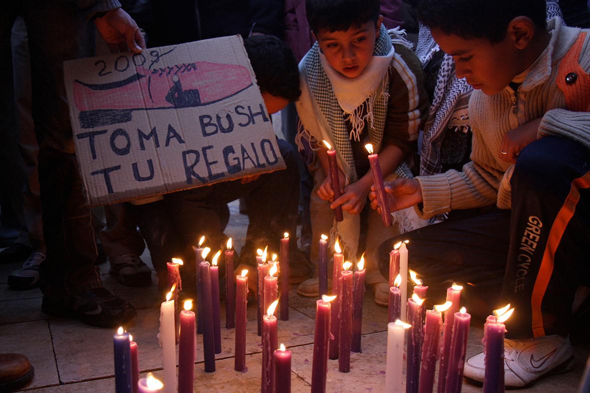 Cartagena (Murcia), 11.01.2009.- Un grupo de personas enciende velas durante la concentración celebrada en la plaza del Ayuntamiento de Cartagena en contra de los ataques de Israel a Palestina en la franja de Gaza. Pablo Sánchez del Valle.