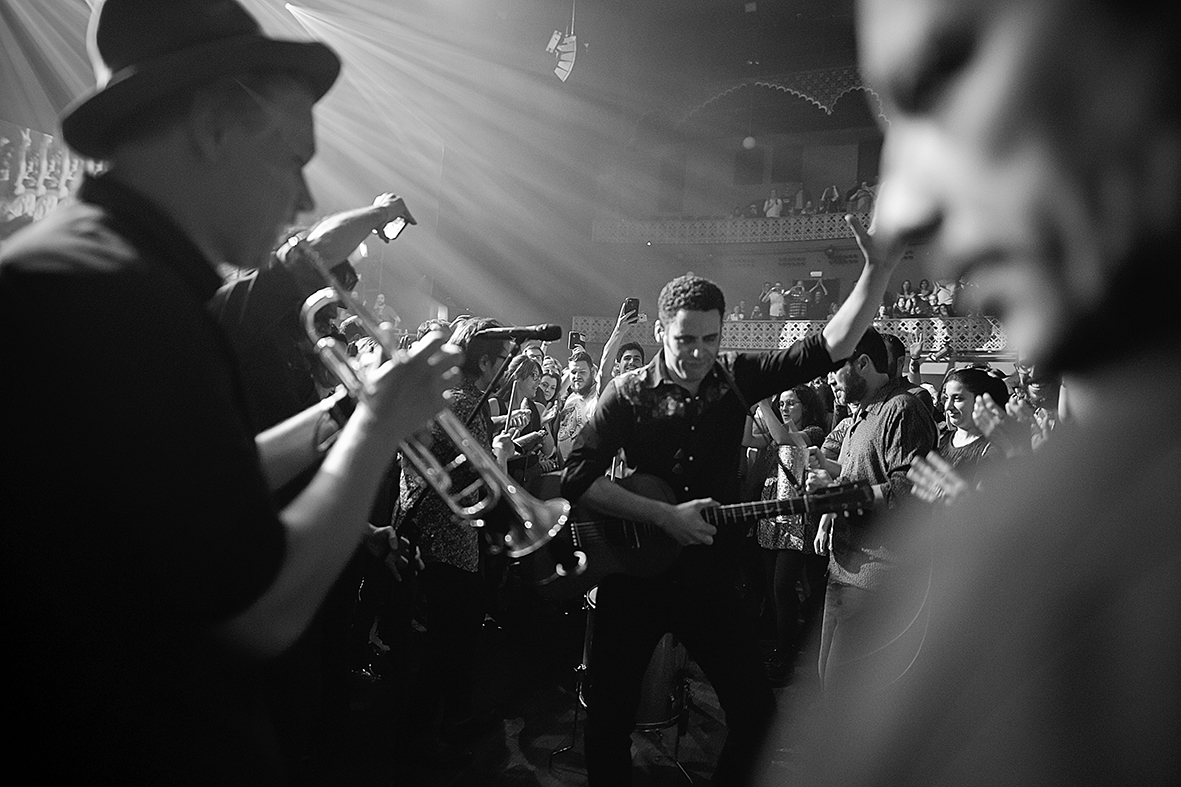 """Murcia, 22.04.2019.- El cantante y compositor español Jairo Zavala, conocido artísticamente como """"Depedro""""  (c), durante su actuación en el Teatro Circo de Murcia dentro del ciclo de Conciertos de Primavera. Pilar Morales."""