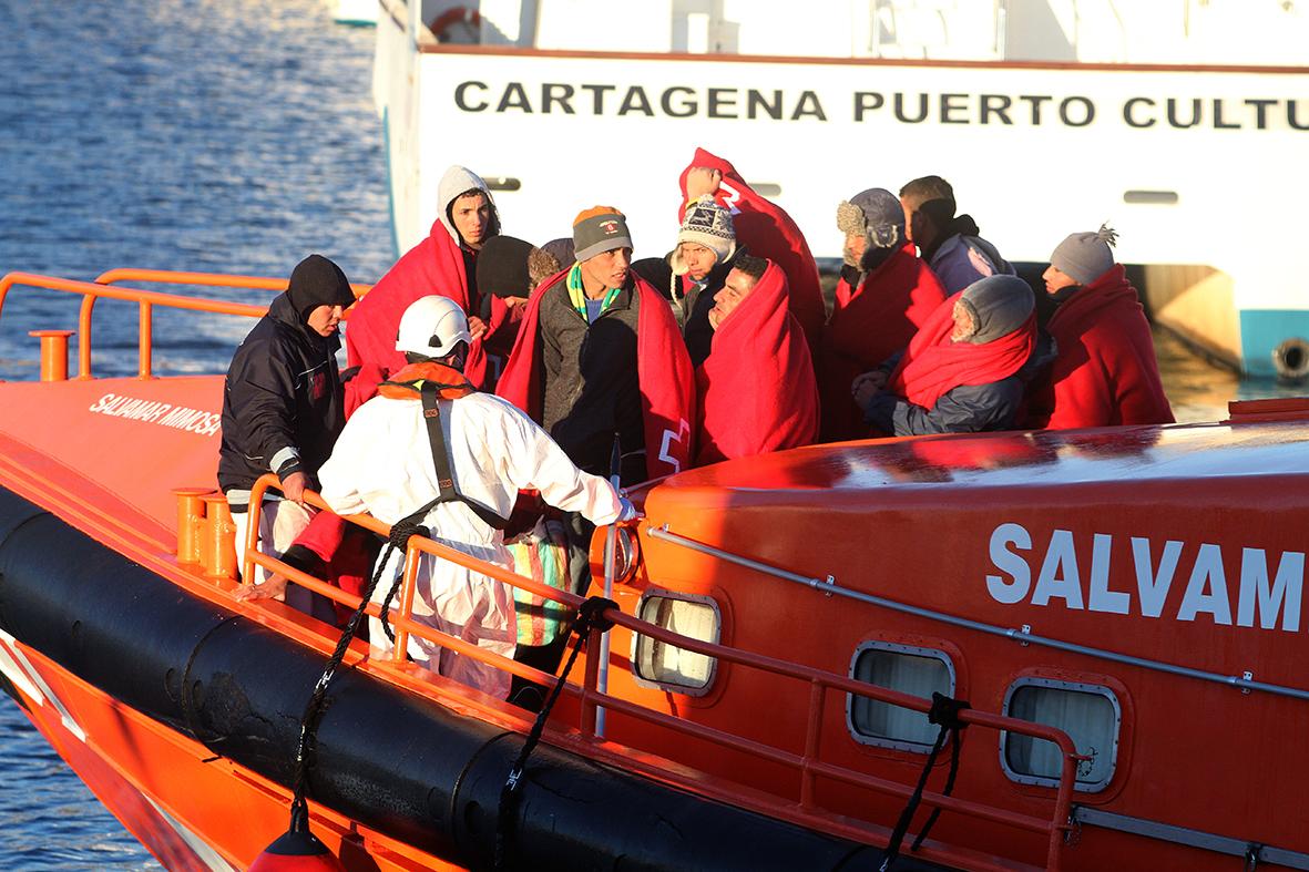 Cartagena (Murcia), 12..12.2014.- Un grupo de inmigrantes, rescatados por la embarcación Salvamar Mimosa cuando navegaban en una patera, son trasladados al puerto de Cartagena. Pablo Sánchez del Valle.