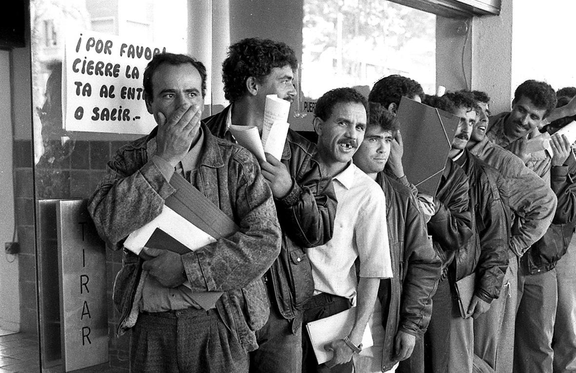 Murcia, 21.05.1991.- Más de doscientos inmigrantes hacen cola ante el edificio de servicios múltipes de la delegación del Gobierno en Murcia para regularizar sus papeles y permisos de trabajo. J.F.Moreno.