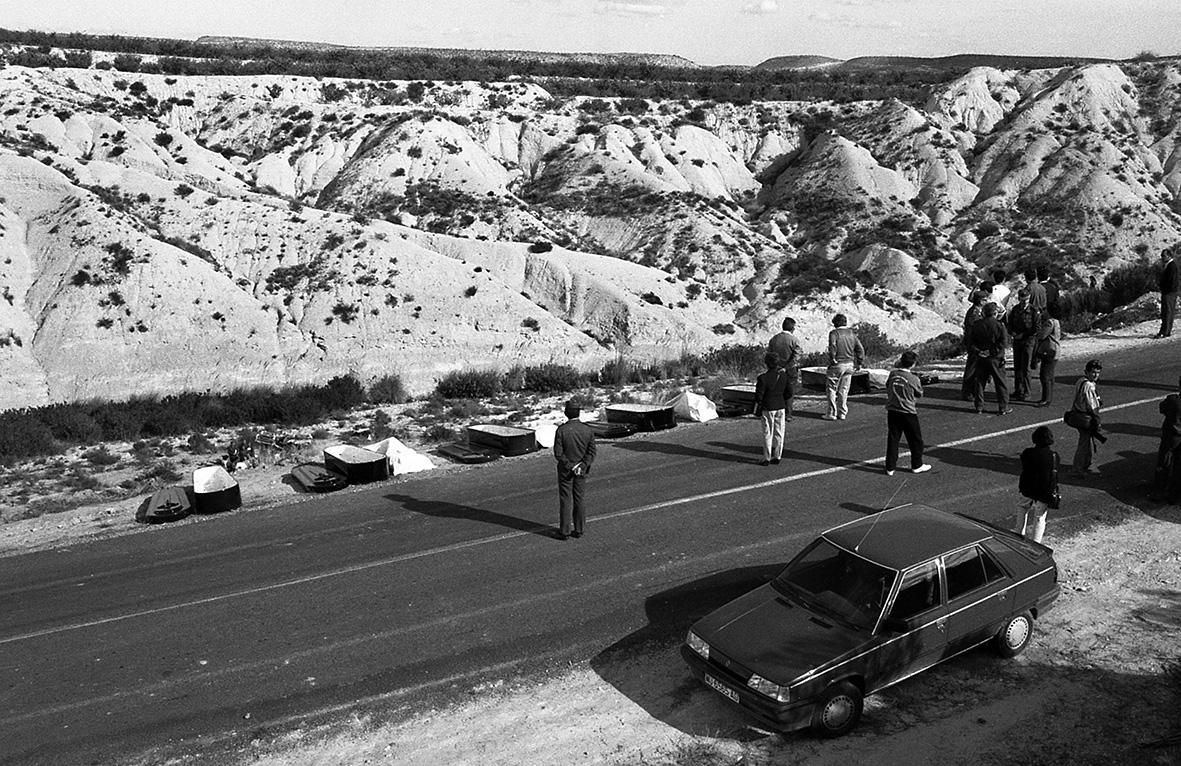 Mula, 07.11.1993.- Cinco jóvenes fallecen al caer en vehículo en el que viajaban, un R-5,  por un barranco de la carretera a la pedanía muleña de Yéchar. J.F.Moreno.