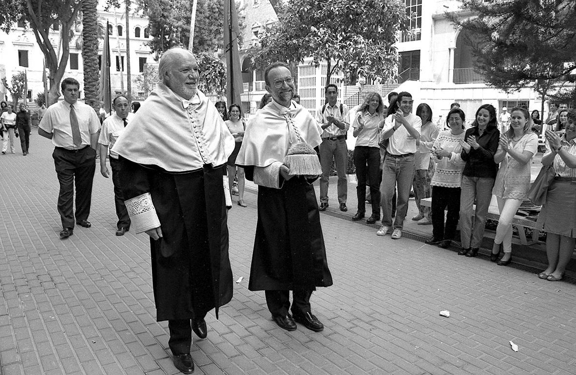 Murcia, 22.05.1995.- El actor Francisco Rabal (i) es aplaudido mientras se dirige al Paraninfo del campus de La Merced  para ser nombrado Doctor Honoris causa por la Universidad de Murcia. J.F.Moreno.