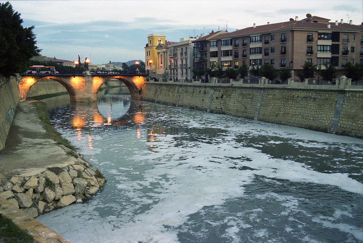 Murcia, 30.11.2000.- Vista de la contaminación del Rio Segura, a su paso por el Puente Viejo, cuyo origen son los vertidos urbanos e industriales y la escasez de recursos hídricos. Marcial Guillén.