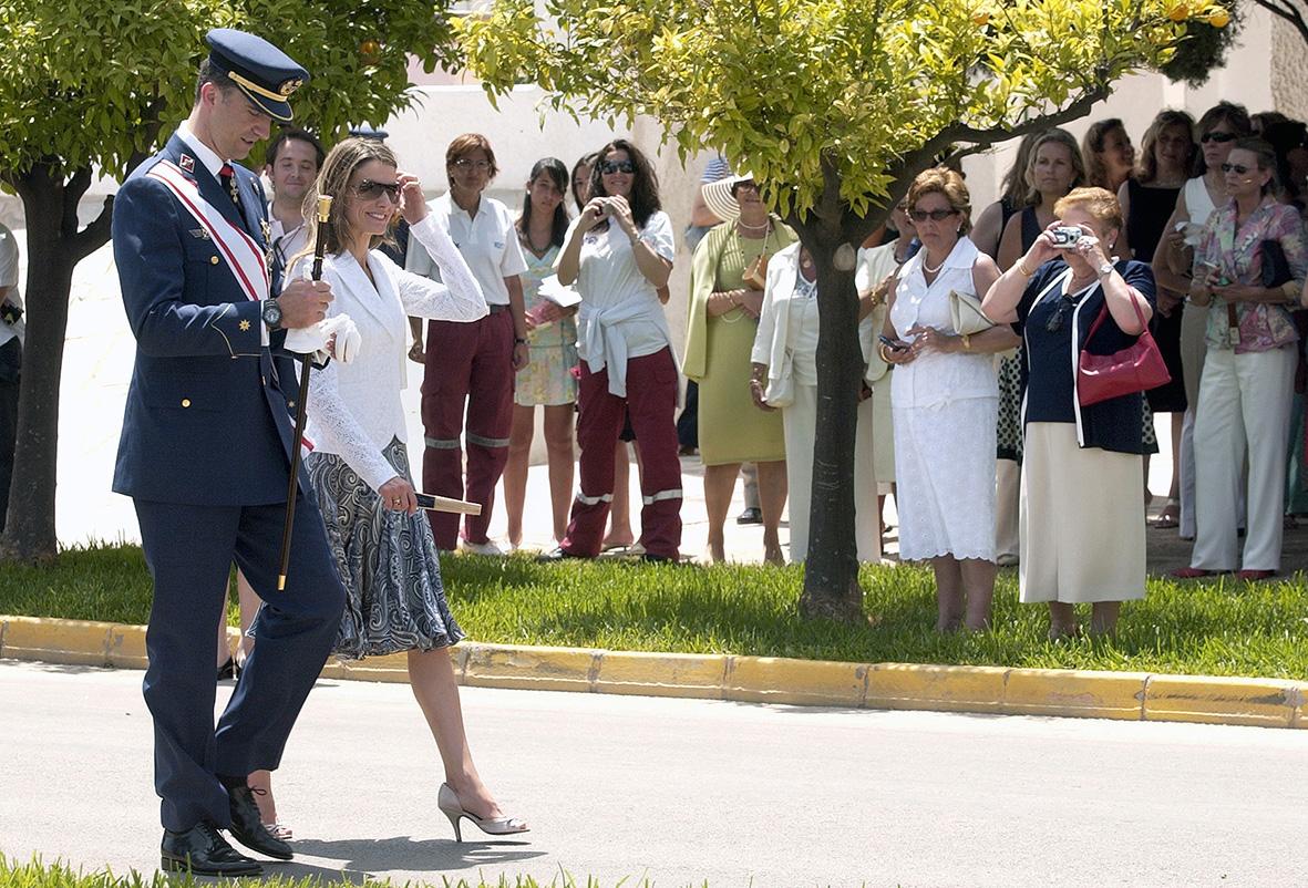 San Javier (Murcia) 03.07.2006.-  Una mujer fotografía a los Príncipes de Asturias  durante el acto de entrega de despachos a los nuevos tenientes y alférez del Ejército del Aire, en la Academia General del Aire (AGA). J.F.Moreno.
