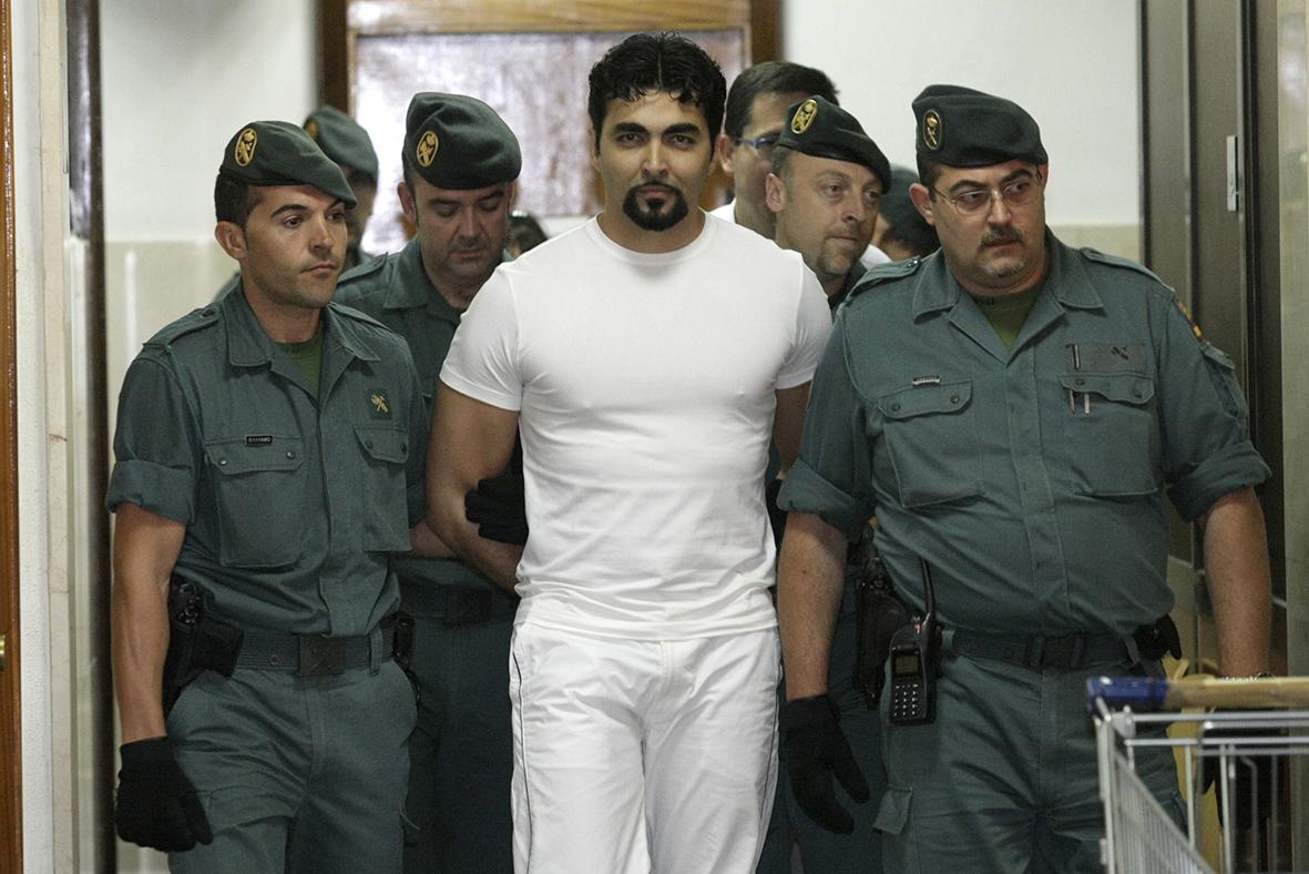 Murcia 26.05.2008.- Pedro S. G., alias 'El Macarra', uno de los delincuentes más peligrosos de la Región, es conducido por más de una decena de agentes de la Guardia Civil para declarar en el Juzgado número 6 de Murcia. Marcial Guillén.