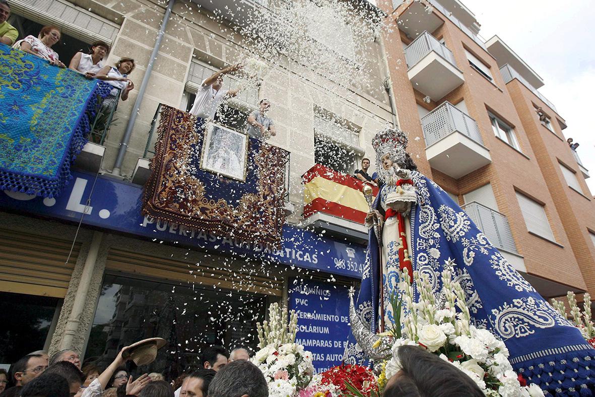 Murcia, 16.09.2008.- La imagen de la Virgen de La Fuensanta recibe una lluvia de pétalos de rosas que arrojan desde los balcones, durante la tracional romería de las fiestas de septiembre de la capital murciana. J.F.Moreno.