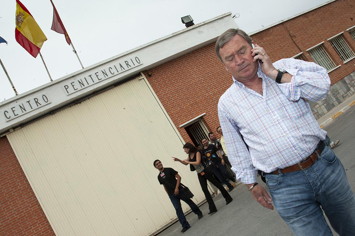 Murcia, 15.05.2008.- El entrenador de fútbol Javier Clemente habla por teléfono tras salir de un acto celebrado en el centro penitenciario de Sangonera la Verde. Joaquín Clares.