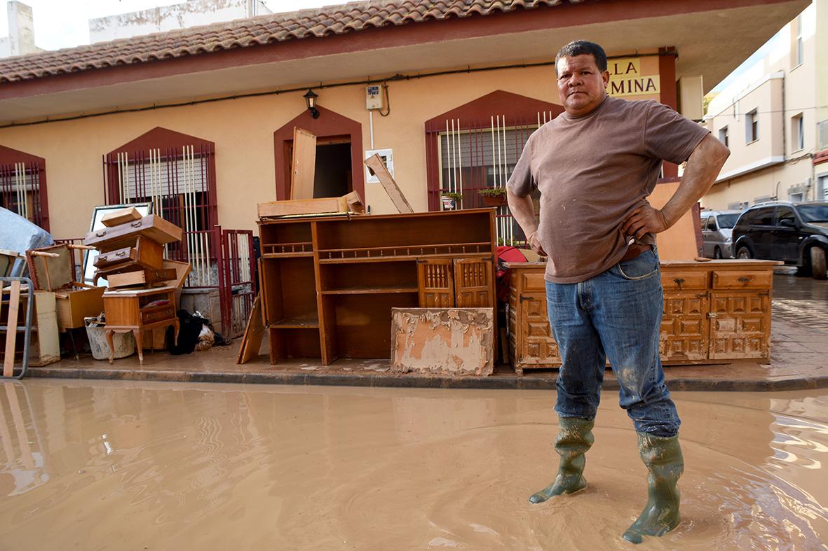 Los Alcázares (Murcia), 21.12.2016.- Un vecino de Los Alcazares posa en la puerta de su casa tras las fuertes inundaciones sufridas en distintas partes de la region murciana. Alfonso Durán.