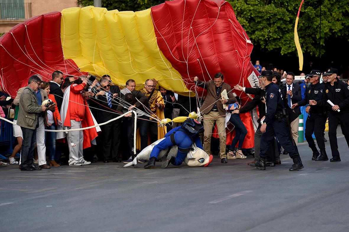 Murcia, 20.04. 2017.-  Un paracaidista es arrastrado por el viento y cae sobre las autoridades cuando descendia con la Sardina en las fiestas de primavera. Alfonso Durán.