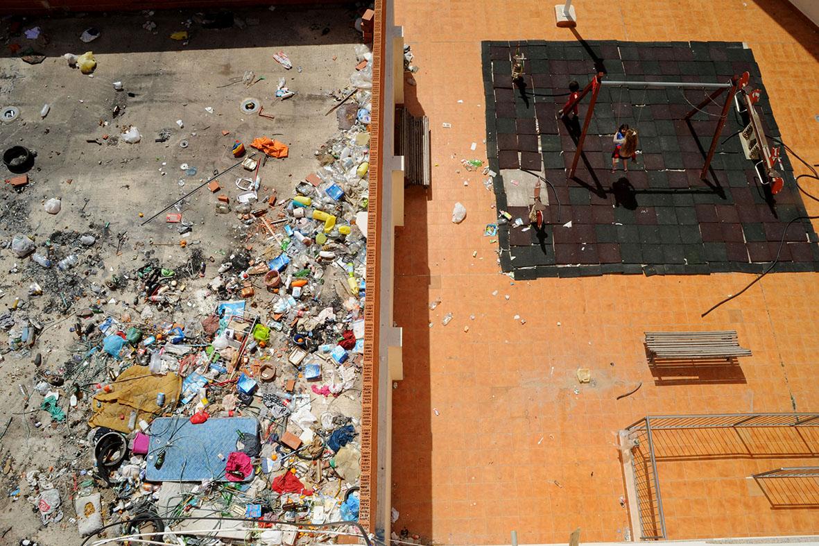 Fortuna (Murcia), 08.04.2015.-  Dos niñas juegan en un columpio junto a una casa ocupada. Alfonso Durán.