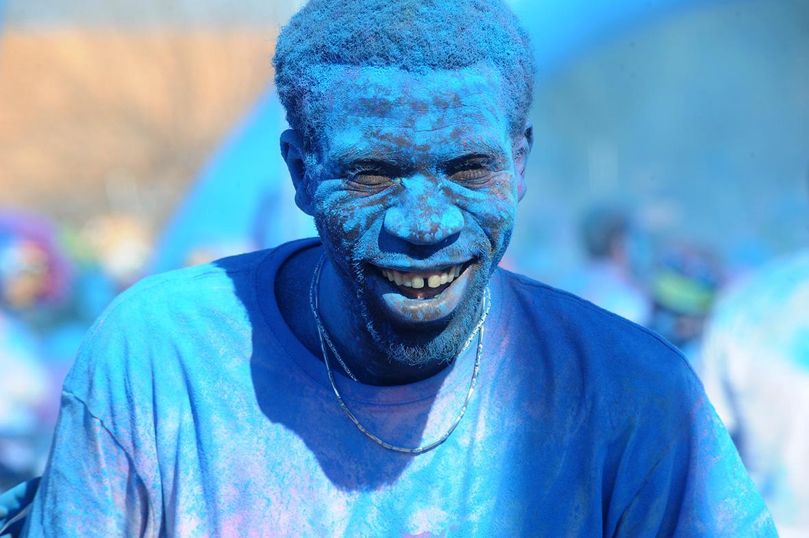 Cabezo de Torres (Murcia), 08.02.2015.- Un hombre cubierto de polvo azul sonríe durante la celebración del Holi Run. Alfonso Durán.