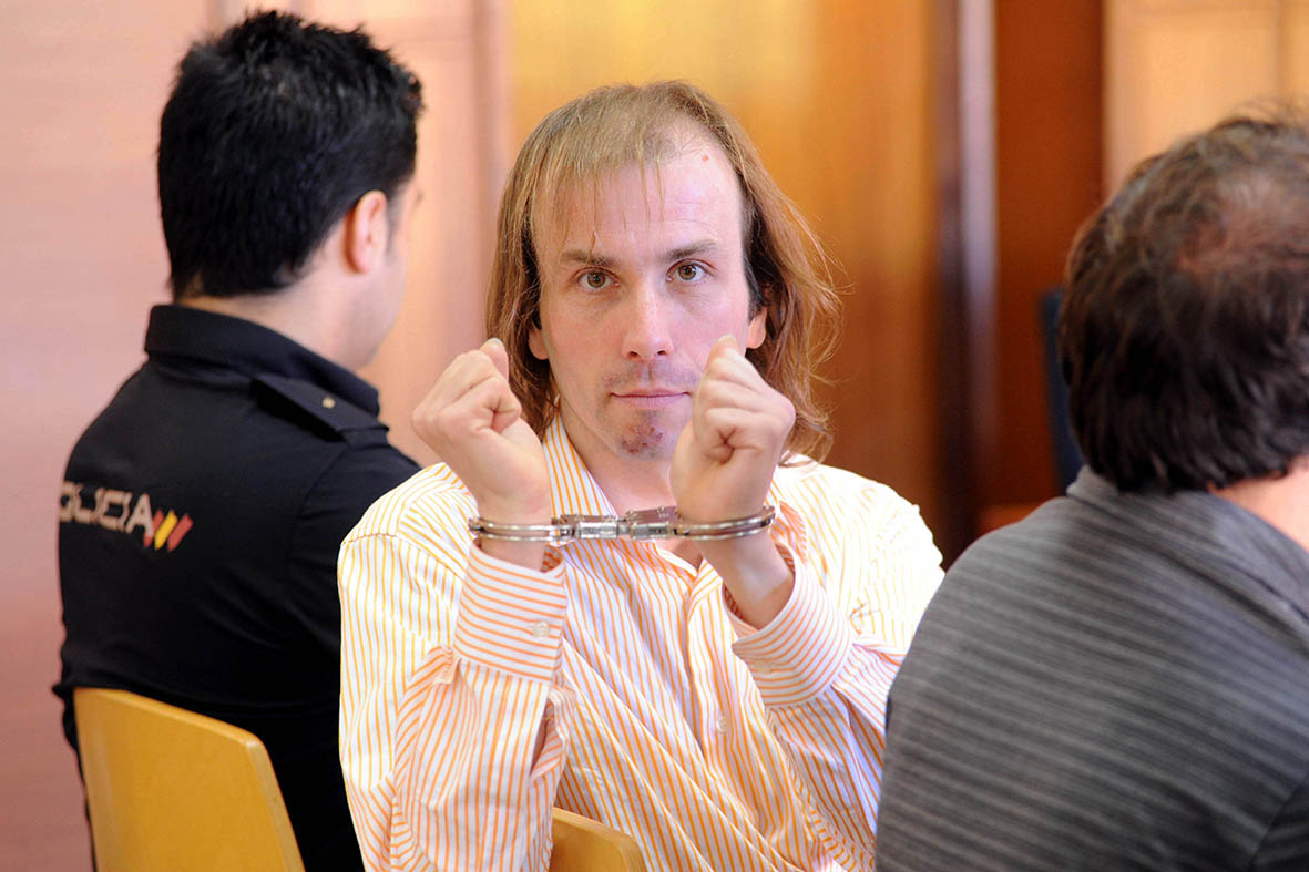 Murcia, 30.05.2013.- Ronnie M., acusado de matar a un anciano homsexual en Molina de Segura exhibe los grilletes durante el juicio.  Alfonso Durán.