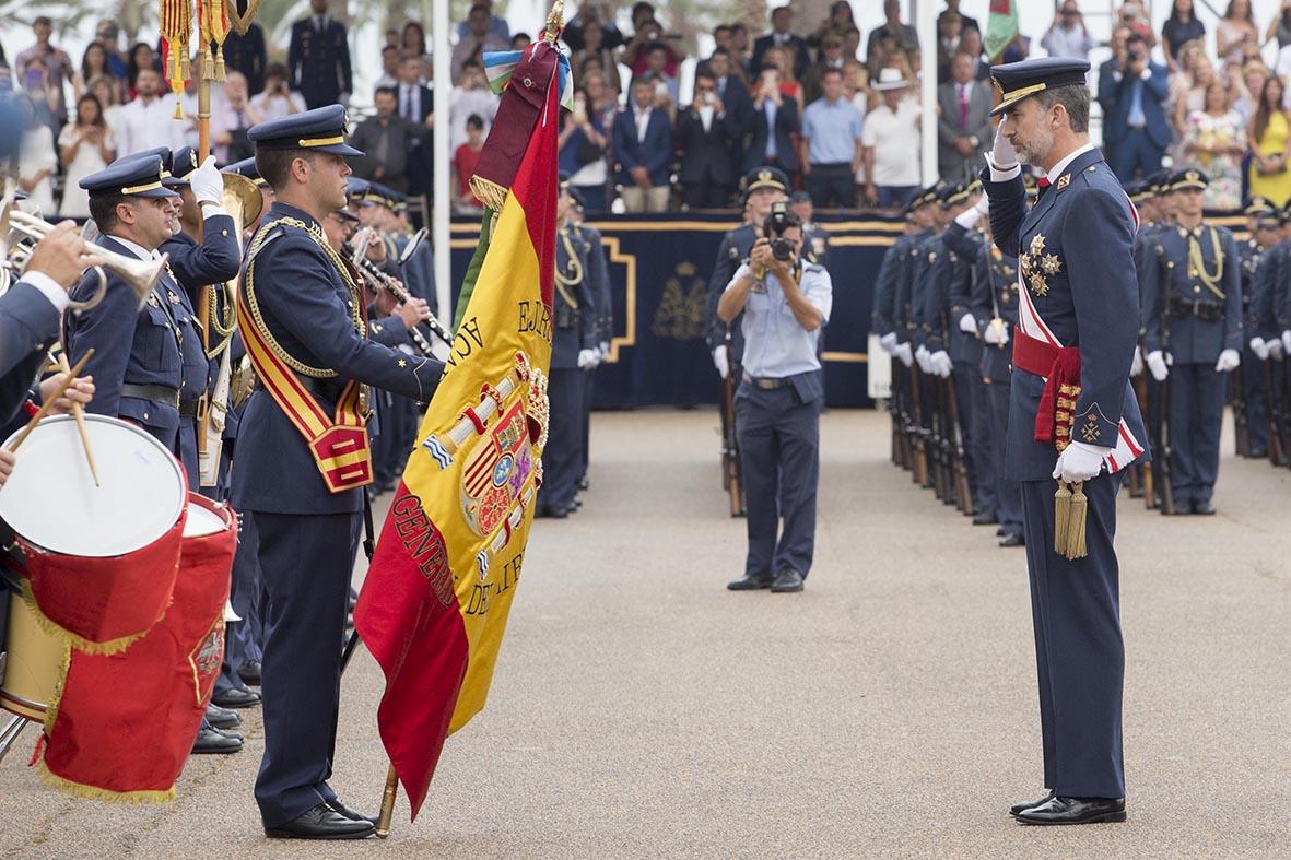 San Javier (Murcia), 07.07.2017.- El rey Felipe VI (d) rinde honores a la bandera durante el acto de entrega de Reales Despachos a los nuevos oficiales de la Academia General del Aire de San Javier. Marcial Guillén.