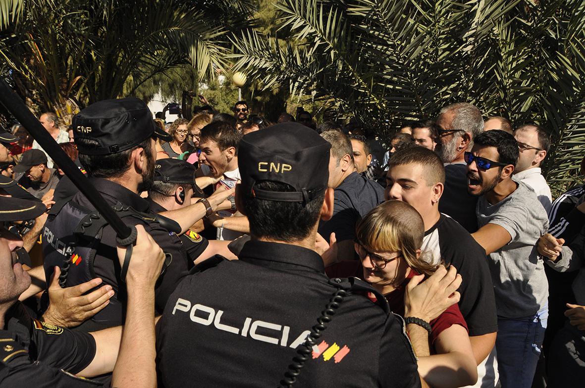 Murcia, 03.10.2017.- Agentes de la policiía nacional se enfrentan a los manifestantes pro soterramiento, en la zona de las vías de ferrocarril. Carlos Trenor.
