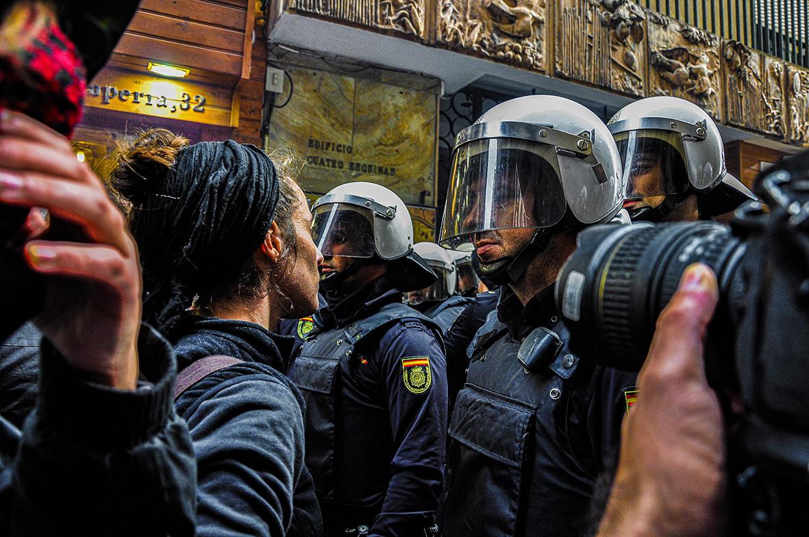 Murcia, 14.11.2012.- Una activista de la PAH se enfrenta a los agentes de la policía nacional durante las protestas y manifestacion de la huega general del 14 de noviembre. Carlos Trenor.