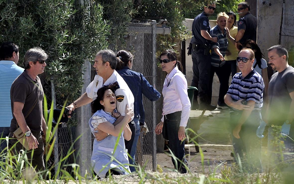 Murcia, 11.05.2010.- Familiares de la mujer asesinada en el carril Huerto Alix, del barrio murciano de Santiago el Mayor, muestran su dolor durante la intervención de los investigadores. Nacho García.