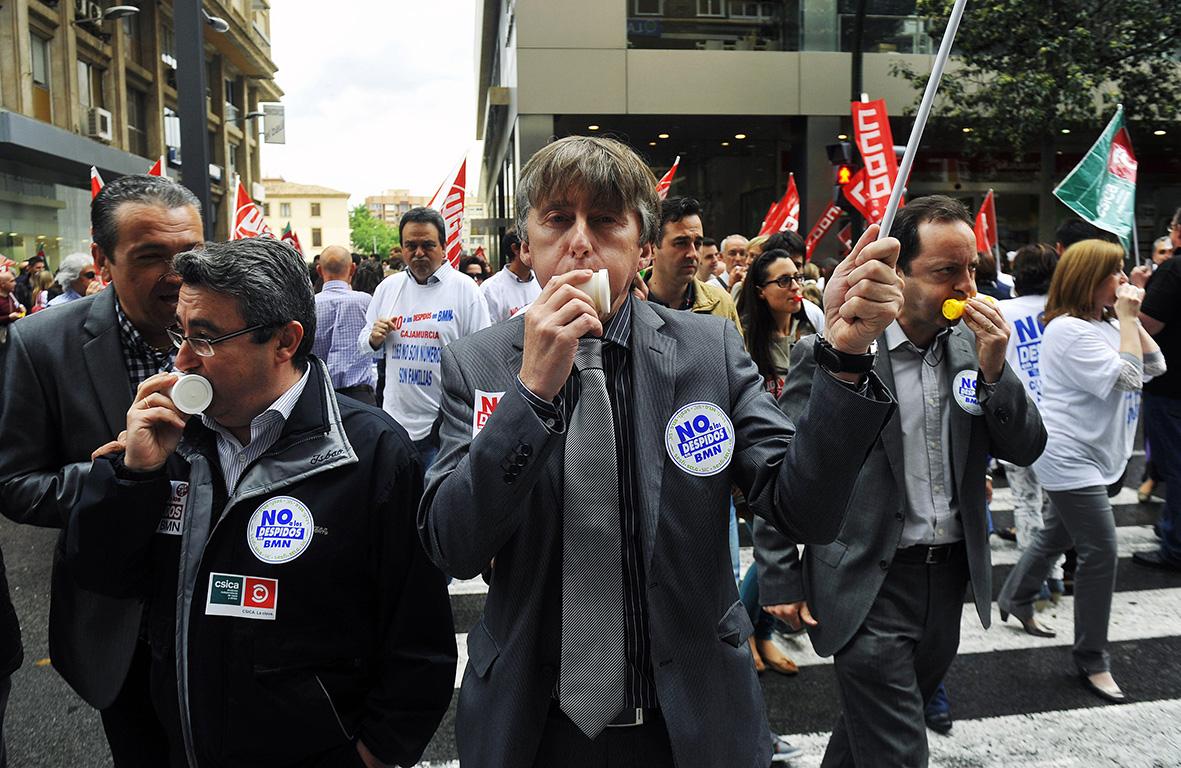 Murcia, 15.05.2013.- Un grupo de trabajadores de Banca Mare Nostrum (BMN) participan en la concentración, convocada por los sindicatos, en protesta por los despidos anunciados tras la fusión de las cajas de ahorros que integran BMN. Nacho García.
