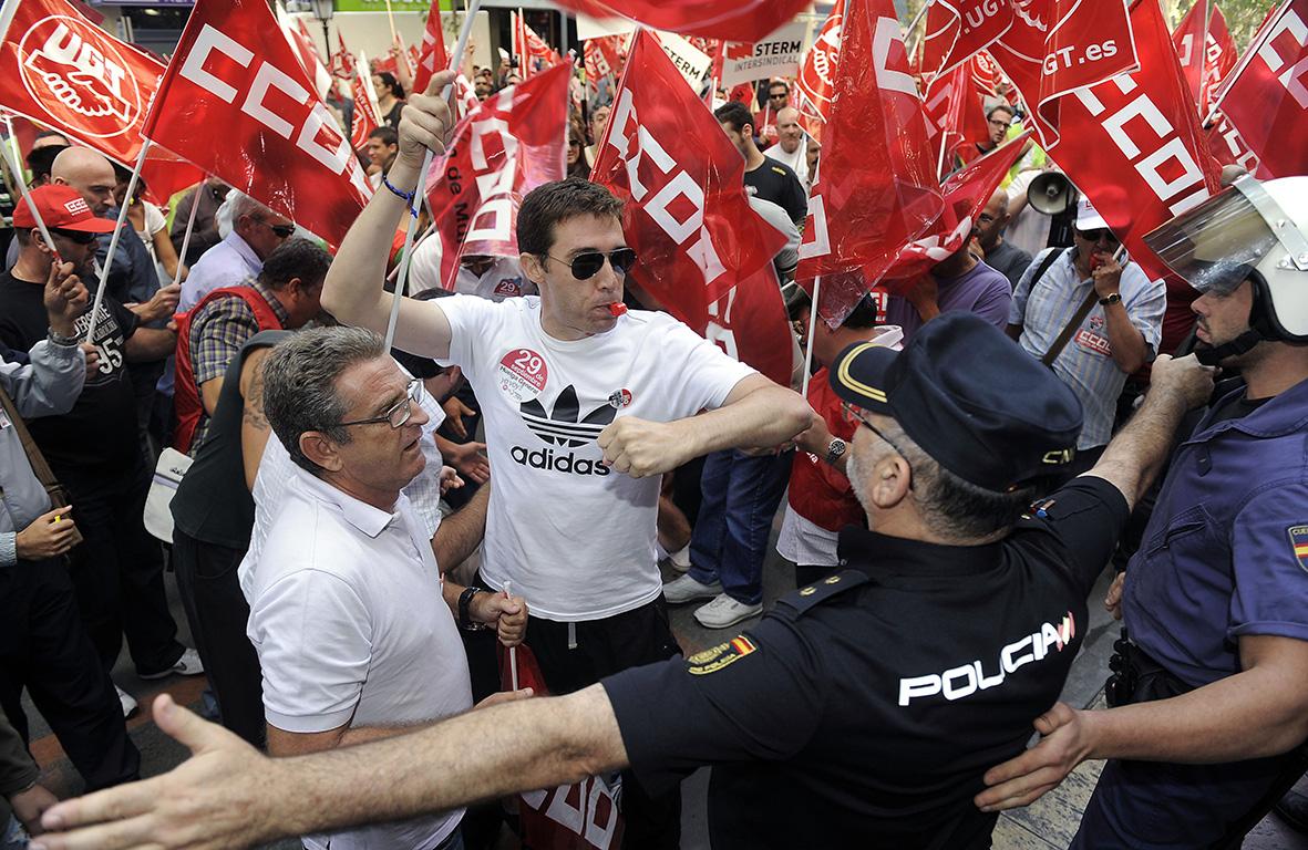 Murcia, 29.09.2010.- Un piquete informativo intenta acceder al interior de un centro comercial de Murcia ante la oposición de agentes de policía nacional, durante la huelga general convocada a nivel nacional. Nacho García.