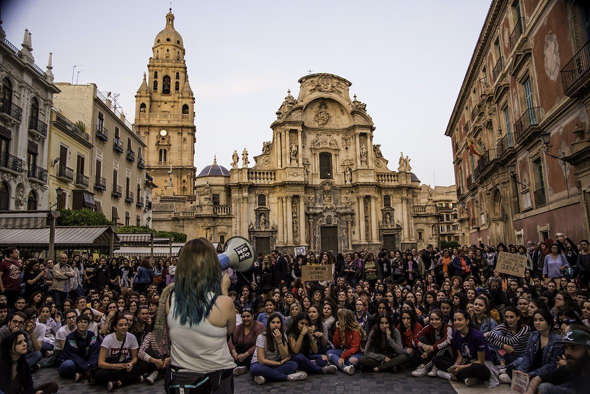 """Murcia, 26.04.2018.- Centenares de personas se manifestaron en la plaza Cardenal Belluga de Murcia en protesta por la sentencia de la """"manada"""". Carlos Trenor."""