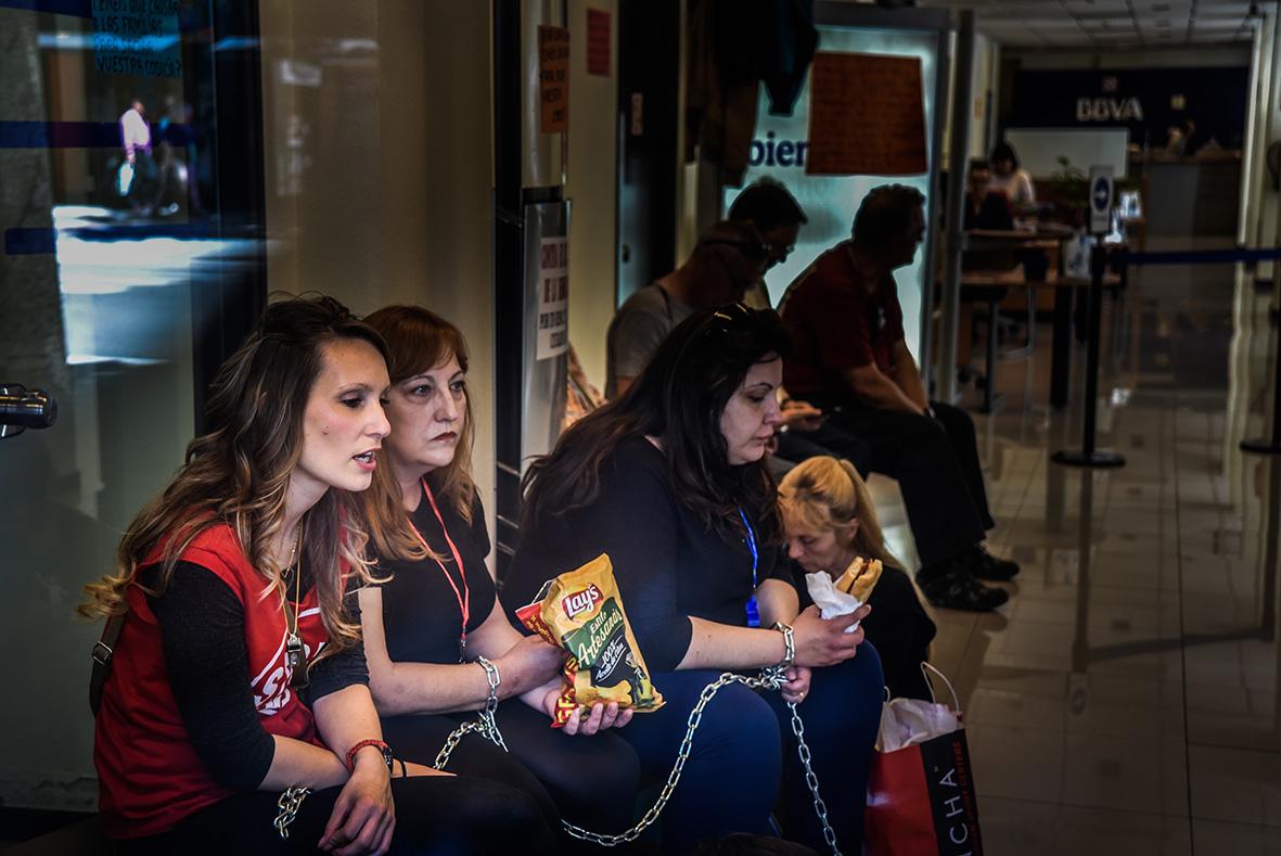 Murcia, 28.04.2015.- Varias mujeres de la PAH, afectadas por un desahucio, se encadenan en la oficina del BBVA de la Gran Vía de Murcia para denunciar su situación. Carlos Trenor.