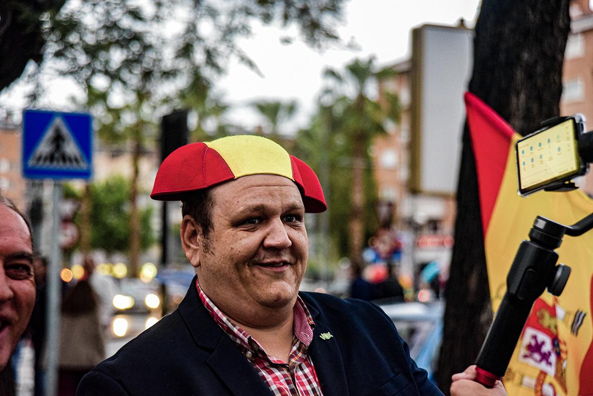 Murcia, 21.04.2019.- Un seguidor de Vox espera al presidente del partido Santiago Abascal, a la salida del mitin de dicha formación política en el Pabellon de deportes de Murcia. Carlos Trenor.