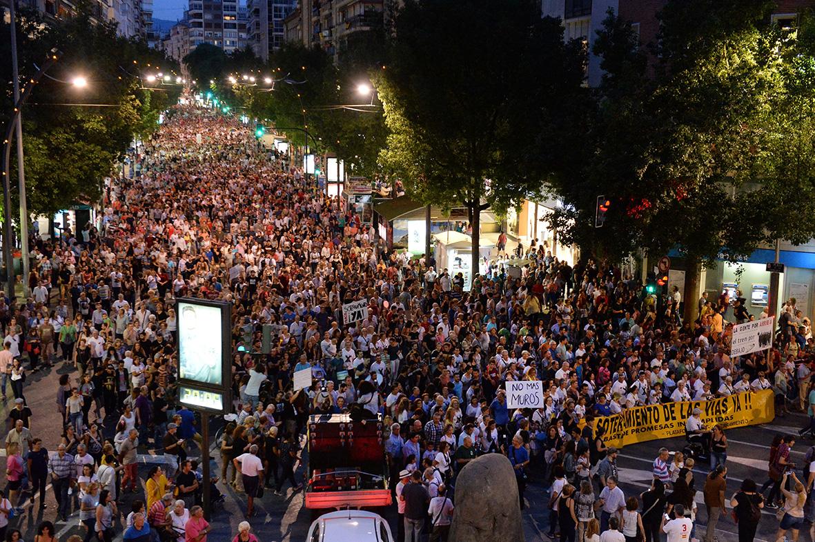 Murcia, 30.09.2017.- Miles de personas participaron en la manifestación pro soterramiento de las vías, que recorrió las calles de la capital murciana.Vicente Vicens.