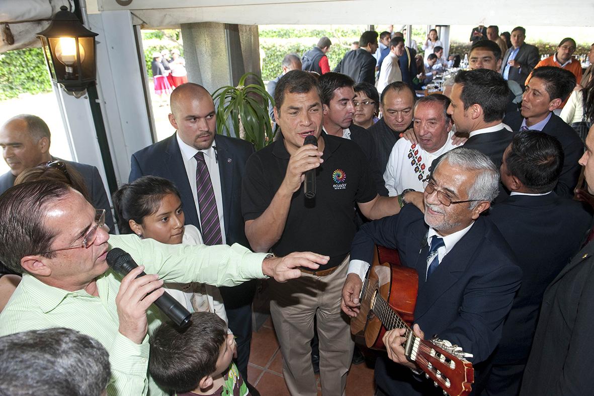 Murcia, 17.03.2012.- El presidente de Ecuador, Rafael Correa (c), canta acompañado por el ministro de Relaciones Exteriores de su Gobierno, Ricardo Patiño (i), durante el acto en el que se reunió con sus compatriotas residentes en la Región de Murcia. Vicente Vicens.