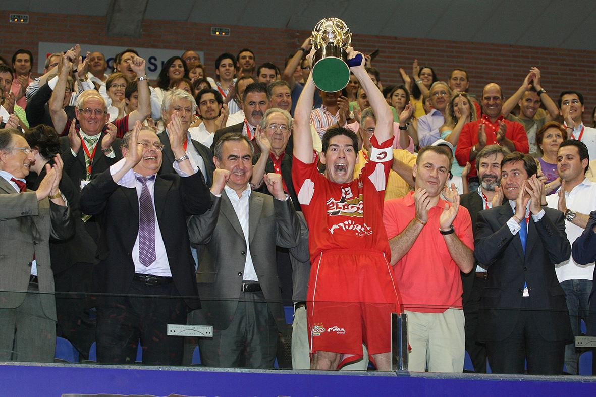 Murcia, 19.06.2009.- El capitán de El Pozo F.S., Kike Boned, sostiene la copa de campeones tras derrotar al Inter Movistar en el segundo partido de la final de la liga de Fútbol Sala disputado en el palacio de los deportes de Murcia. Vicente Vicens.
