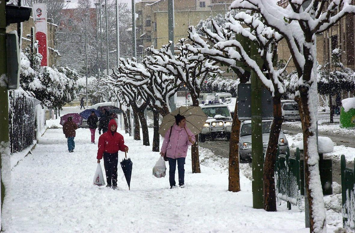 Bullas (Murcia), 10.01.2003.- Varias personas caminan por una calle de la localidad de Bullas durante la intensa nevada que ha afectado a buena parte de la región murciana.