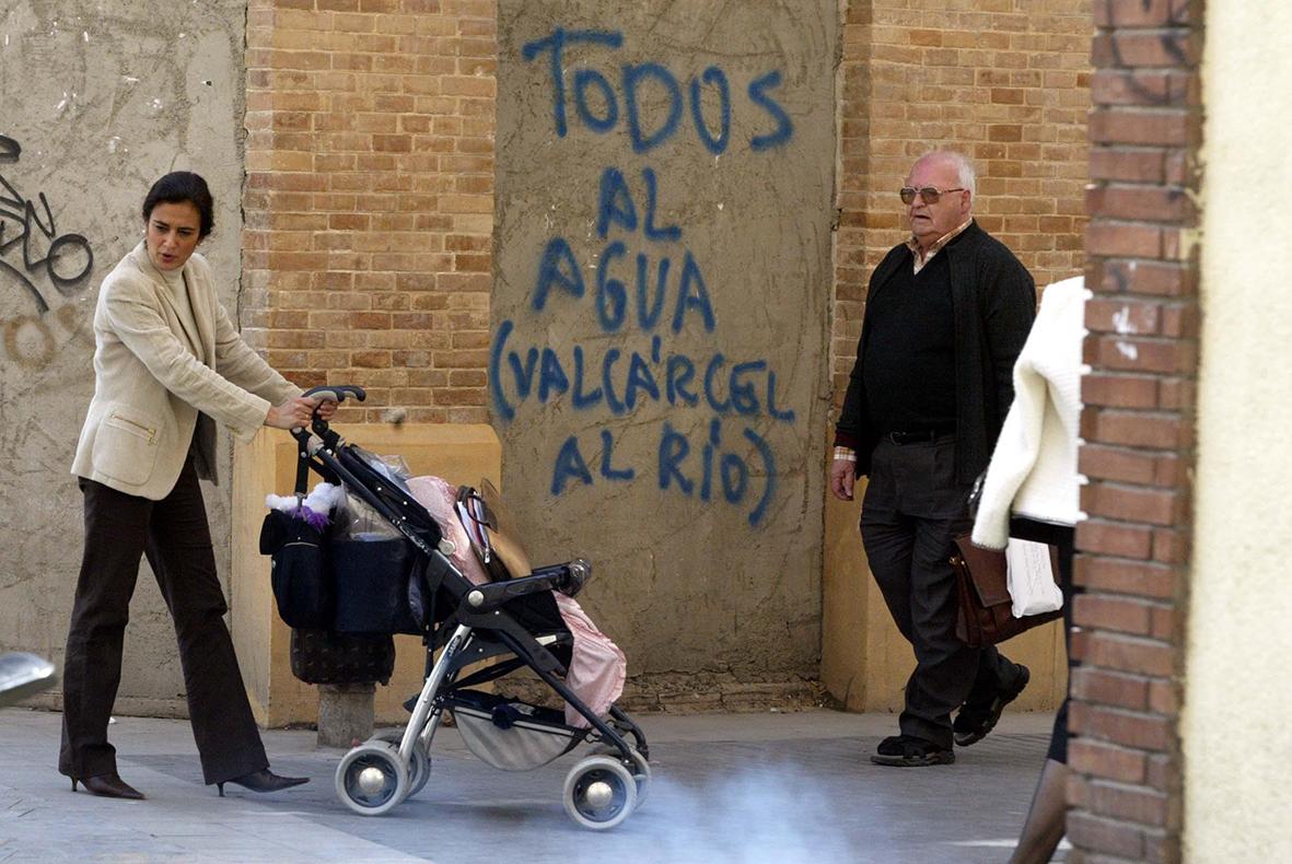 Murcia.14.03.2002.- Una pintada en el entorno de la plaza del Romea de Murcia contraria al presidente de la Región de Murcia Ramón Luis Valcárcel.