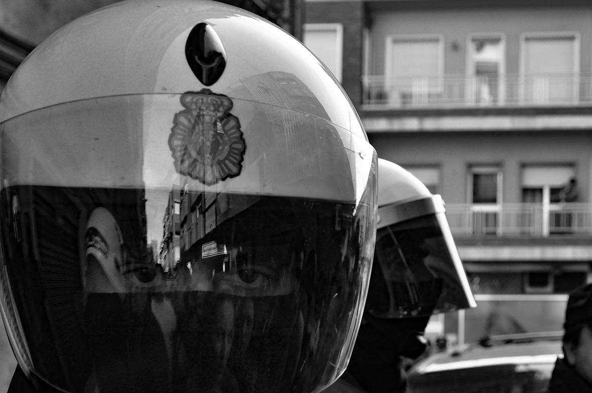 Murcia, 15.12.2011.- Agentes de la policiía nacional durante una de las manifestaciones celebradas en la ciudad de Murcia para pedir el soterramiento de las vías de ferrocarril. Carlos Trenor.