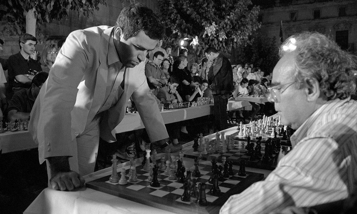 Lorca, 20.07.1990.- El Gran Maestro de ajedrez y campeón de mundo, Garri Kaspárov (i),  ante el tablero en el que juega el presidente del ejecutivo murciano, Carlos Collado (d), durante la partida simultanea que el ajedrecista ruso ha disputado contra 200 jugadores en la Plaza de España de Lorca. Andrés Ribón.