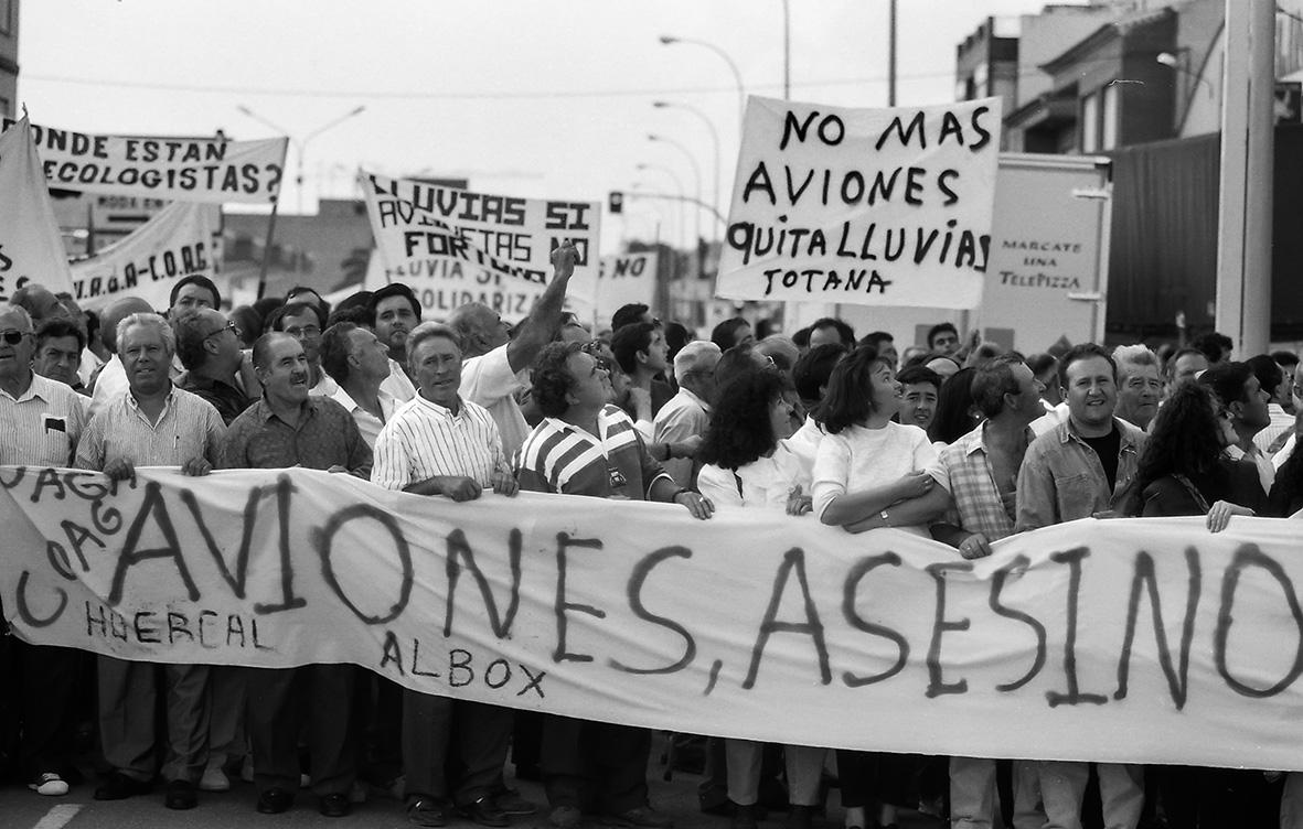 Puerto Lumbreras (Murcia), 16.10.1994.- Varios cientos de agricultores de manifiestan en contra de las avionetas que a su juicio impiden la lluvia. Andrés Ribón.