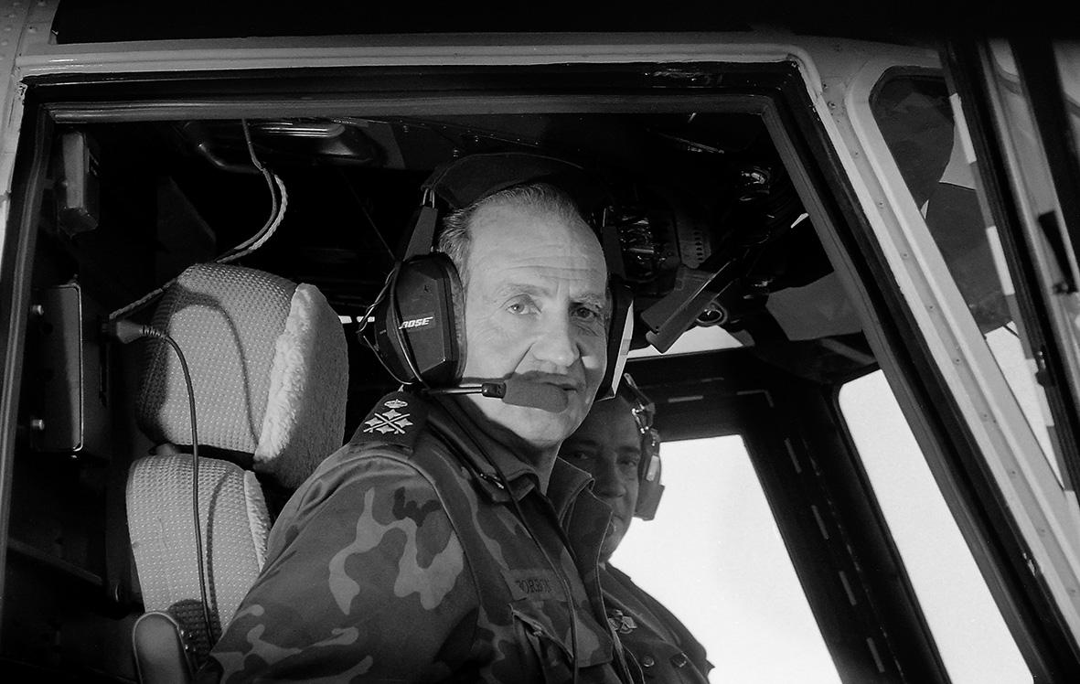 Alhama de Murcia (Murcia), 21.11.1994.- El Rey Juan Carlos llega a bordo de un helicóptero a las maniobras militares Tramontana 94, celebradas en las proximidades de Alhama de Murcia.Andrés Ribón.