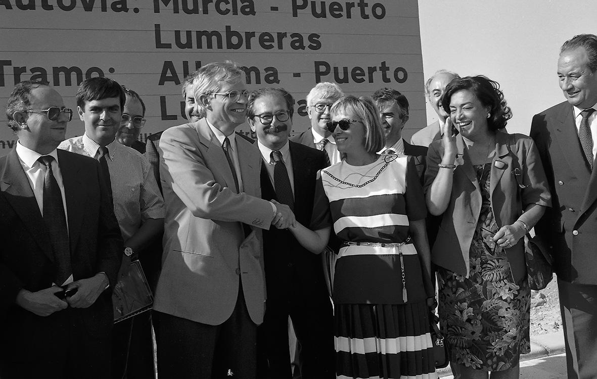 Alhama de Murcia, 04.06.1993.- El ministro de Obras Públicas, José Borrell, estrecha la mano de la presidenta del ejecutivo murciano, Mª antonia Martínez, durante la inauguración del tramo de autovía Alhama-Puerto Lumbreras. Andrés Ribón.